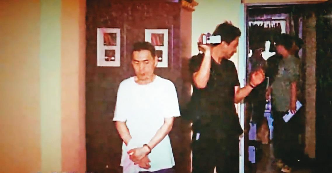 警方帶黃進龍(左)回租屋處搜索,在現場採集到死者的毛髮。(翻攝畫面)