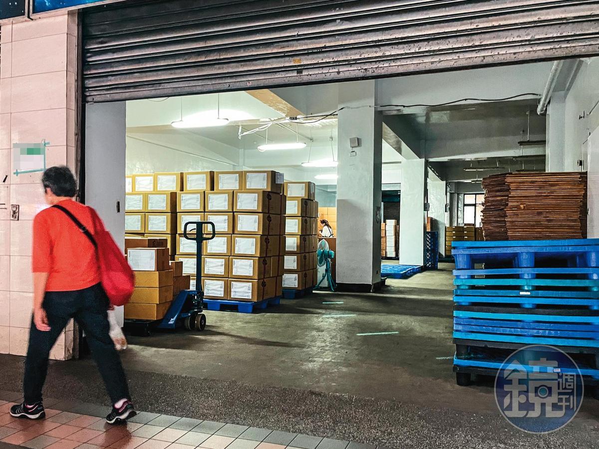 衛生稽查人員於上月26日,突襲樂扉位於新北市的米餅生產廠房。