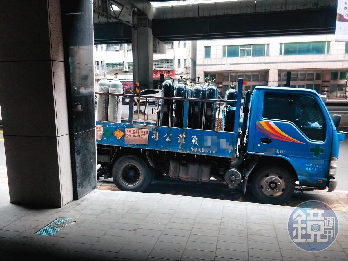 小華拍下氣體業者載運氮氣鋼瓶到廠房的畫面,提供給稽查人員當證據。(讀者提供)