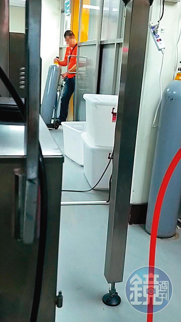氣體業者會將新的氮氣鋼瓶搬運到廠房內,並將已用完的鋼瓶回收。(讀者提供)
