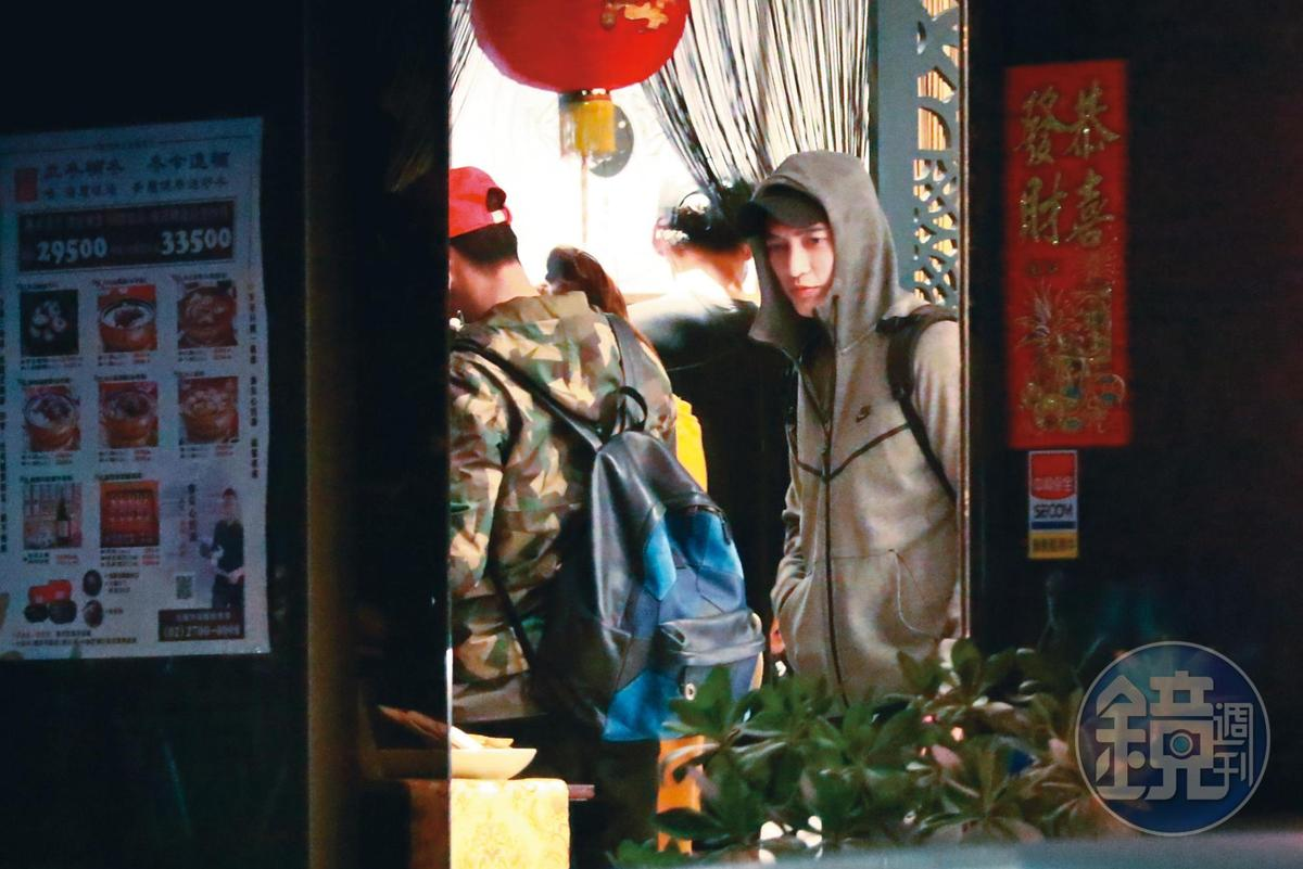 19:12,一群人走進一家漢方食養湯店用餐;王家梁整日行程滿檔無暇陪伴許維恩。
