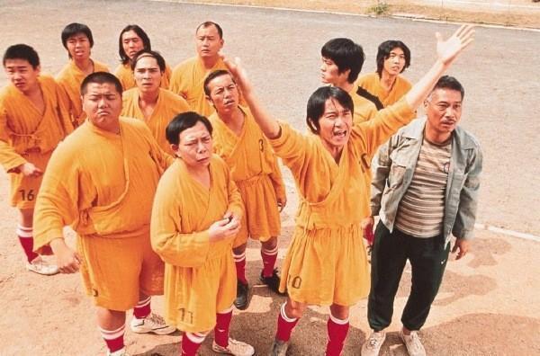 《少林足球》中,吳孟達、周星馳與黃一飛聚首的經典畫面已無法再現,留下遺憾。(翻攝自微博)