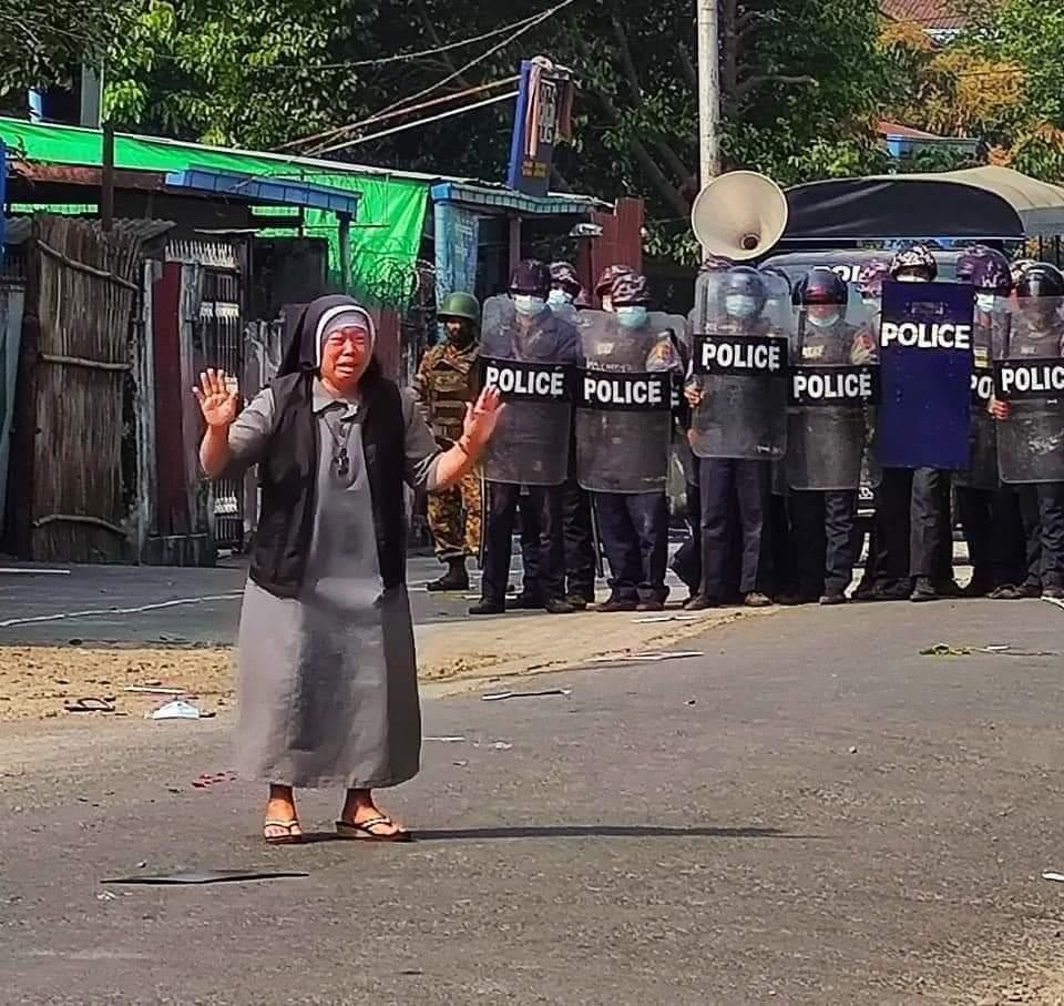 努唐修女在警方求情,懇求他們別對示威者開槍。(翻攝自推特@CardinalMaungBo)