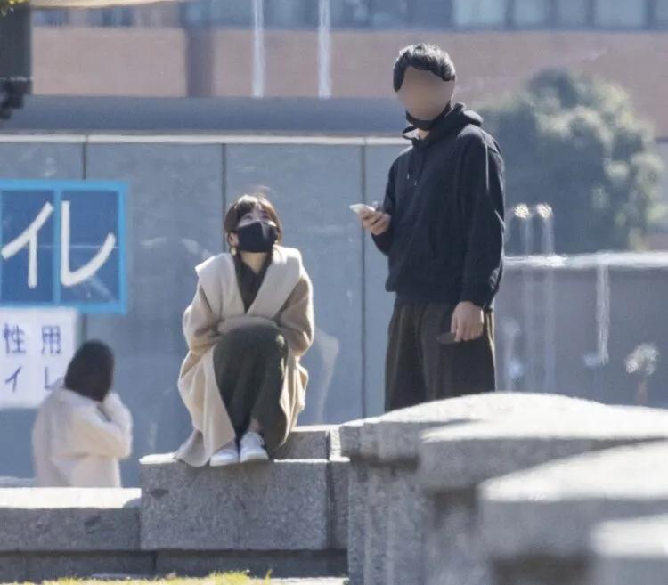 福原愛(左)約會沒有刻意變裝,兩人都不約而同地戴了黑口罩。(翻攝自《女性SEVEN》)