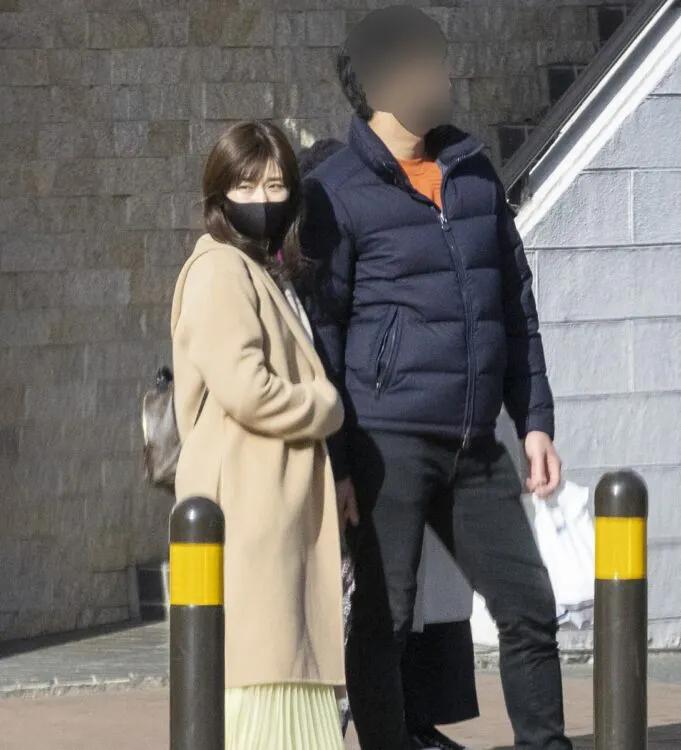 福原愛(左)與A男在橫濱約會,疑大方牽手。(翻攝自《女性SEVEN》)
