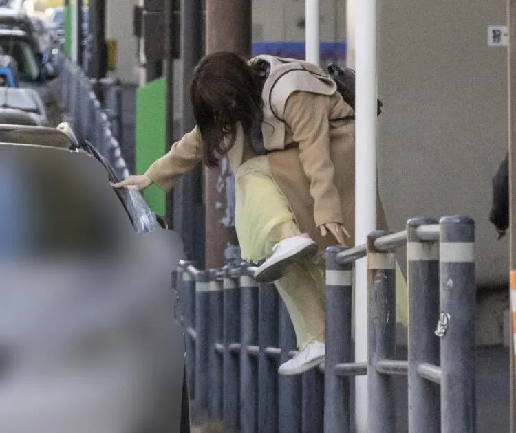 福原愛要上A男車時,急得直接跨越欄杆。(翻攝自《女性SEVEN》)