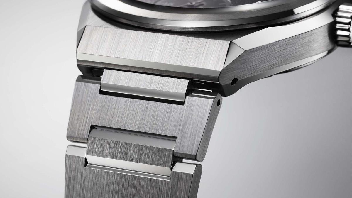 一體成型式的鍊帶是近幾年高級運動錶很流行的作法,The CITIZEN也跟上了這波風潮,讓NC0200-90E主打鍊帶設計。