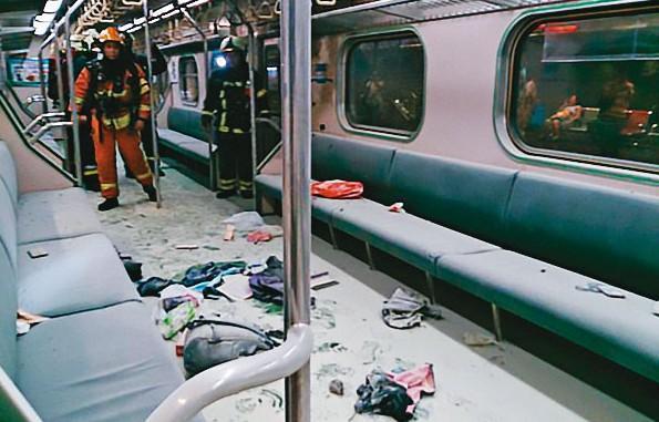 爆炸後,台鐵車廂內到處都是粉塵,乘客的物品也散落一地。(台鐵提供)