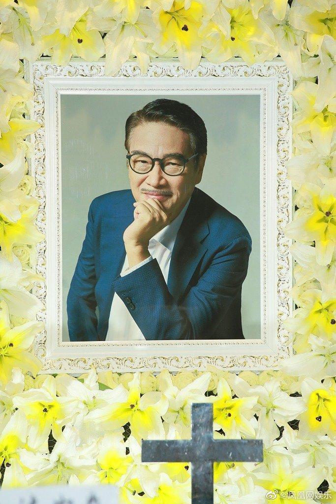吳孟達的靈堂照選用他穿西裝燦笑的照片。(翻攝自鳳凰網娛樂微博)