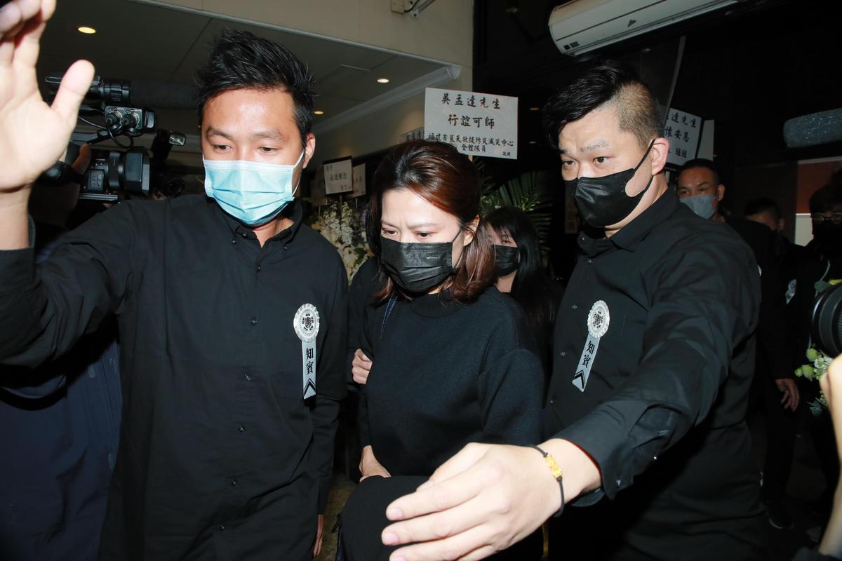 吳孟達遺孀侯珊燕(中)來到靈堂,之後將會把吳孟達的骨灰帶回馬來西亞安葬。(東方IC)