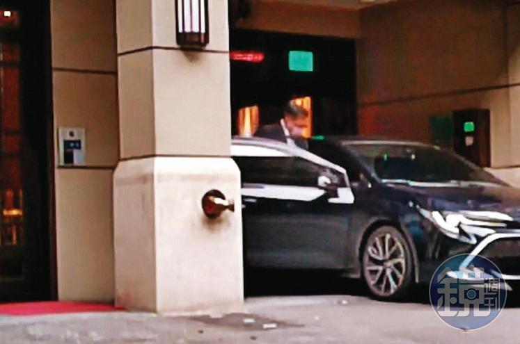 2020年12月14日11:56。待顏若芳將車駛出車庫後,王定宇隨後踏出顏家上了她的車。