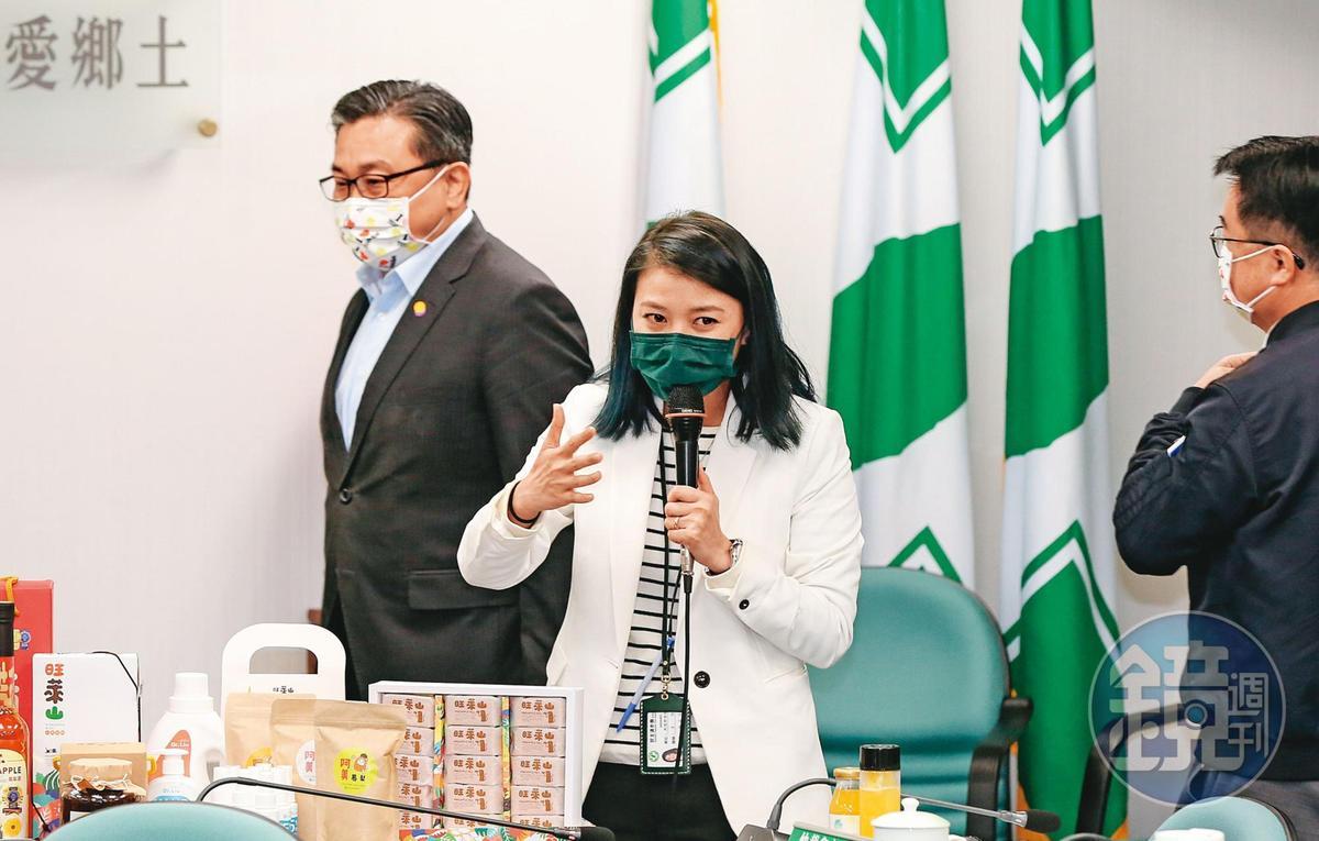 王定宇(左)是黨中常委,顏若芳(中)是黨新聞部主任兼發言人,2人都居民進黨要職。