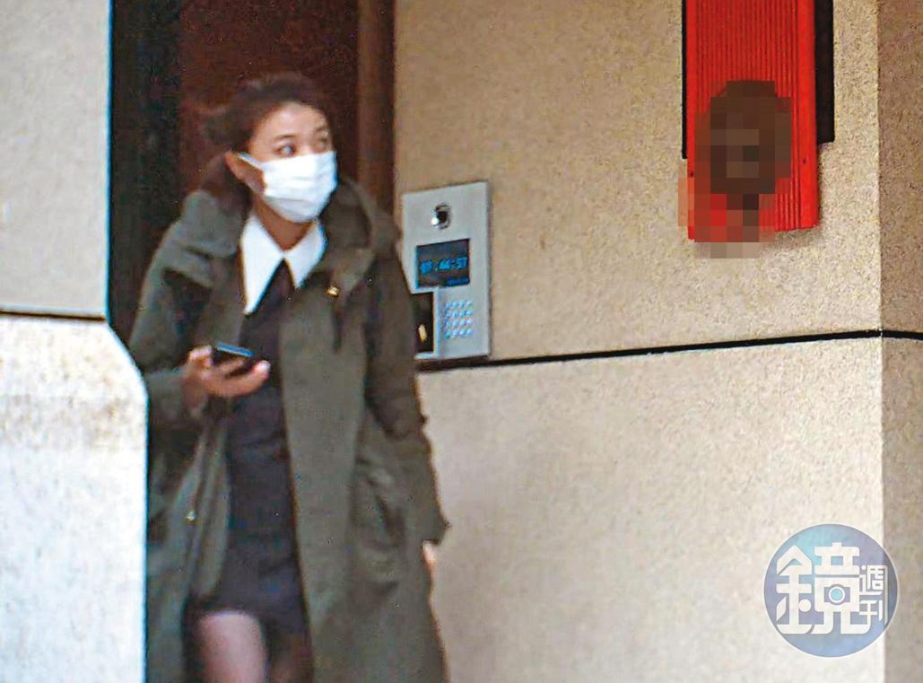 2020年12月7日7:44樓下等待。王定宇在顏若芳家過夜,都由顏先前往住處車庫取車,王隨後才出門搭她車一同離開。