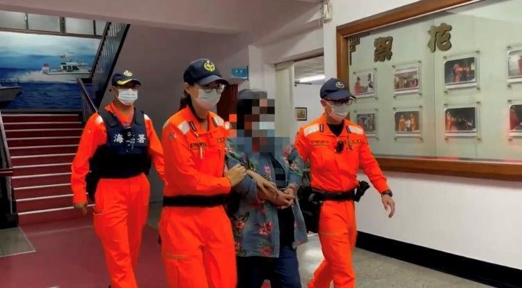 王姓婦人要前往小琉球旅遊,因實名制查核身分,意外發現自己是逃逸16年的通緝犯。(海巡署提供)