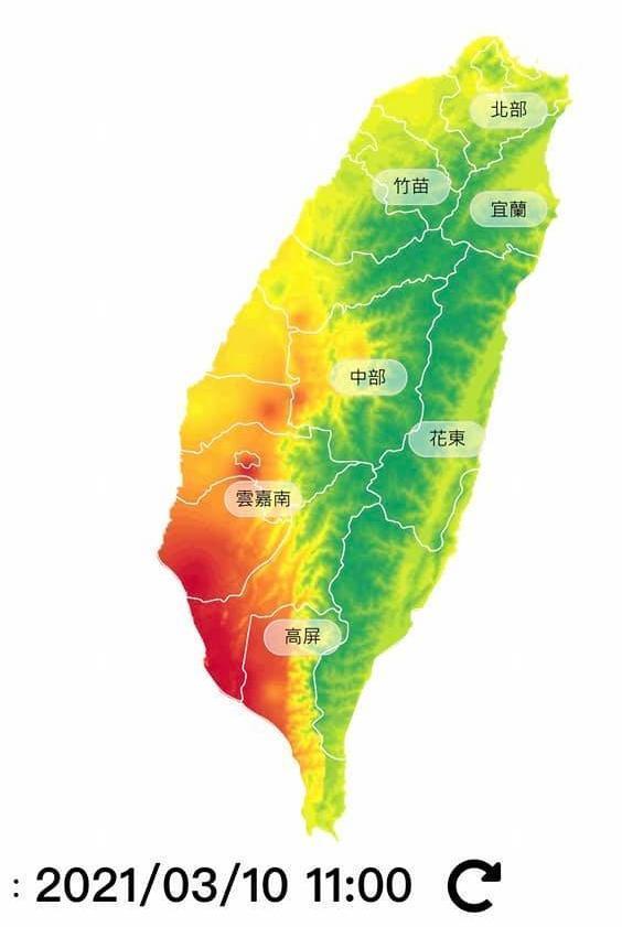 鄭明典在留言區附上今天台灣各地空汙圖,顯示西南部地區的空汙,真的相對其他區域嚴重許多。(翻攝自鄭明典臉書)