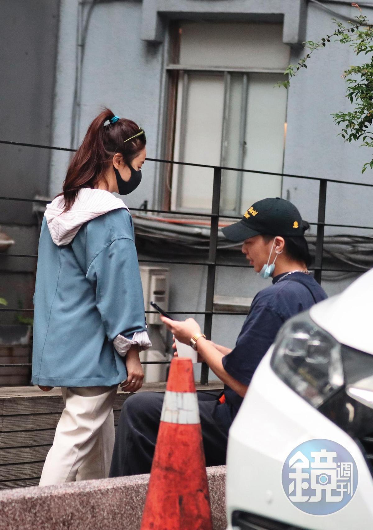 15:55 吳姍儒和男友買了飲料後到附近路邊花圃坐下閒聊。
