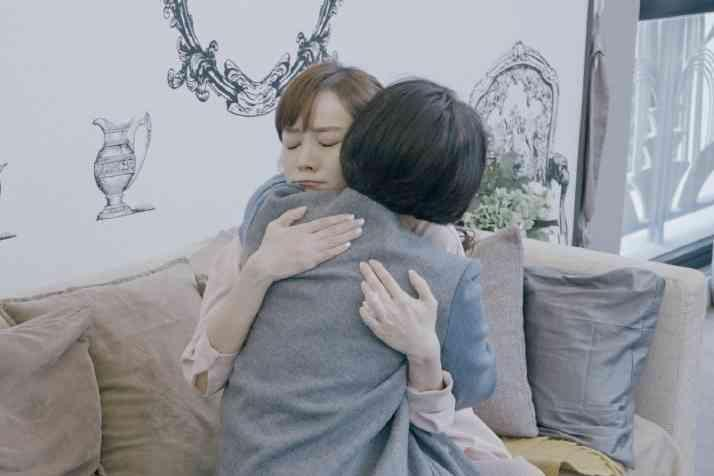 侯佩岑(右)與母親林月雲(左)回憶過往擁抱痛哭,林月雲對於當小三無奈表示「萬般皆是命」。(翻攝自《婆婆和媽媽》微博)