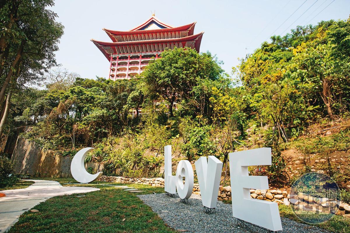 圓山飯店特別在「祕境花園」陳設裝置藝術,提供新人拍婚紗照。