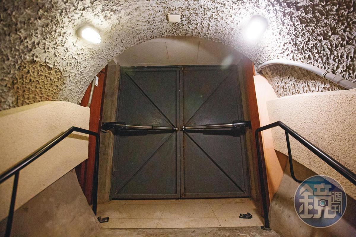 圓山飯店將東密道入口改為電動門,但仍保留復古元素。