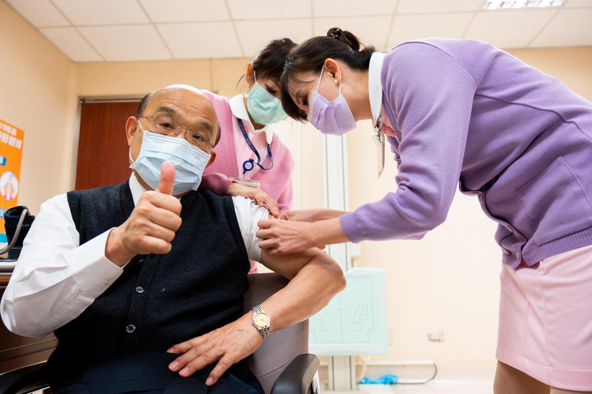 蘇貞昌打疫苗照曝光,破除閉門施打傳言。(行政院提供)