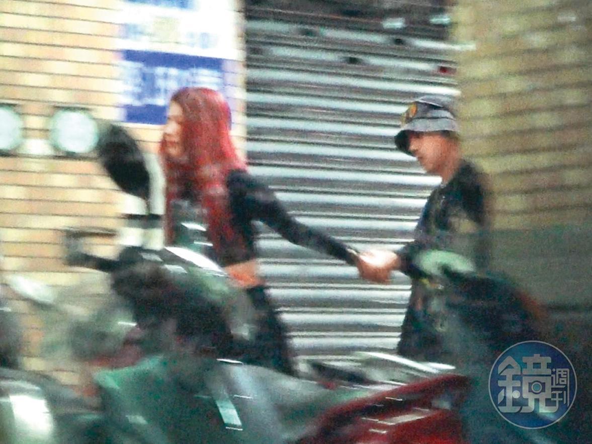 3月7日01:35,一回到新北市永和,紅髮辣妹(左)就牽著洛克(右)的手直奔進家門。