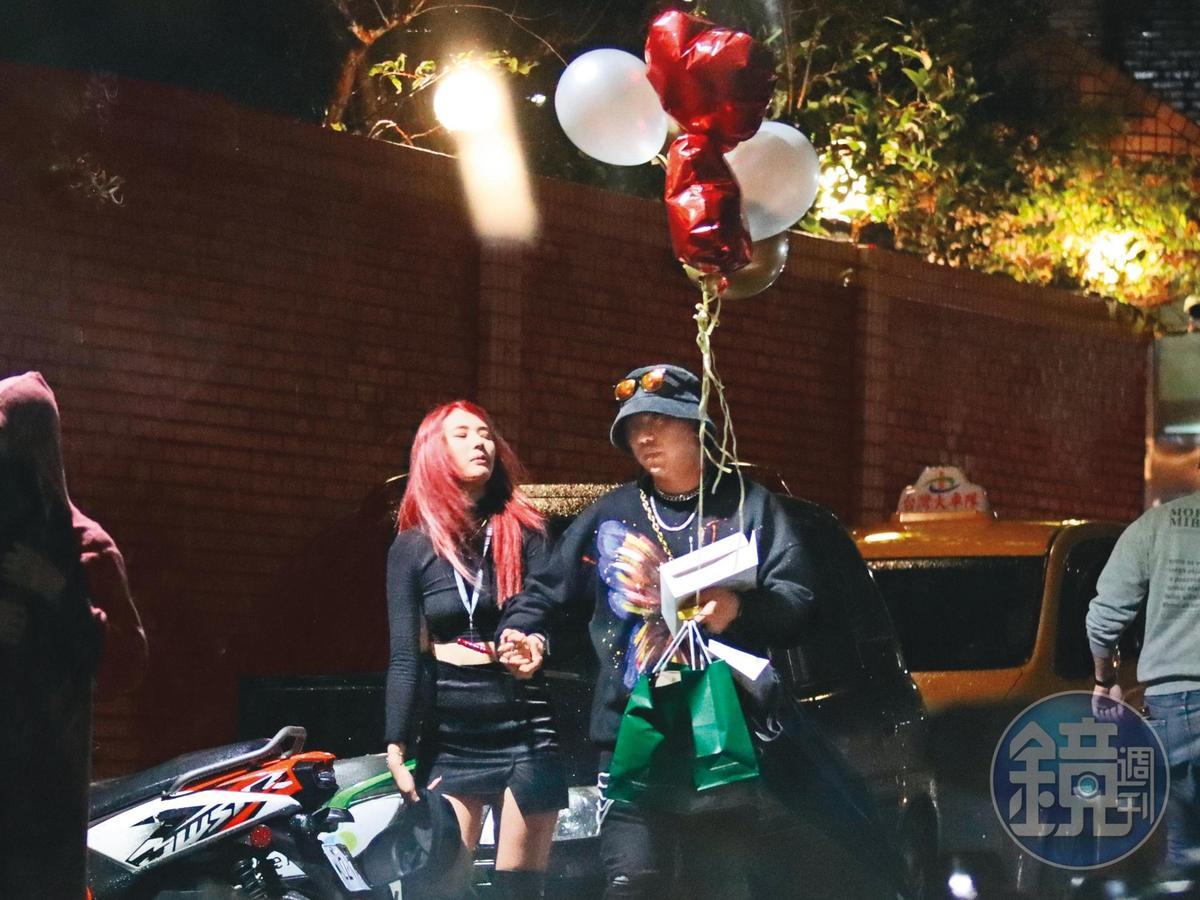 3月7日00:50,離開派對之後,紅髮辣妹(左)緊緊貼著洛克(右)的手,他還拿著幾顆氣球。