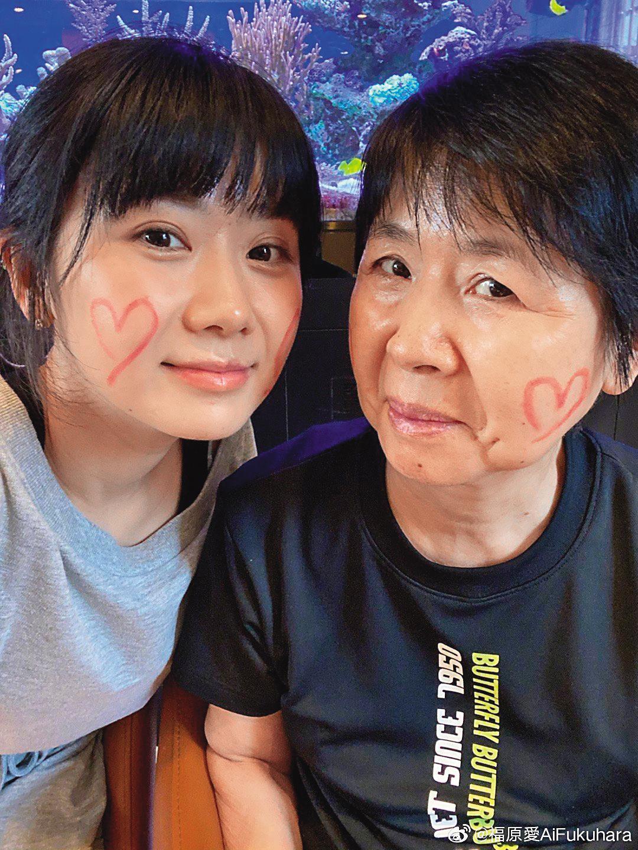 福原愛(左)一度把愛媽(右)留在台灣給江家照顧,不久前愛媽終於返回日本。(翻攝自福原愛微博)