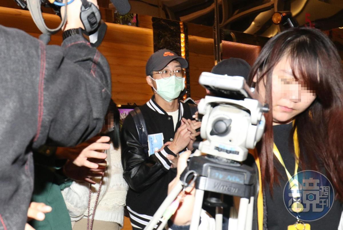 3月8日20:26,與福原愛鬧婚變後,江宏傑參加《全明星運動會》製作公司好看娛樂的春酒晚宴,備受關注。