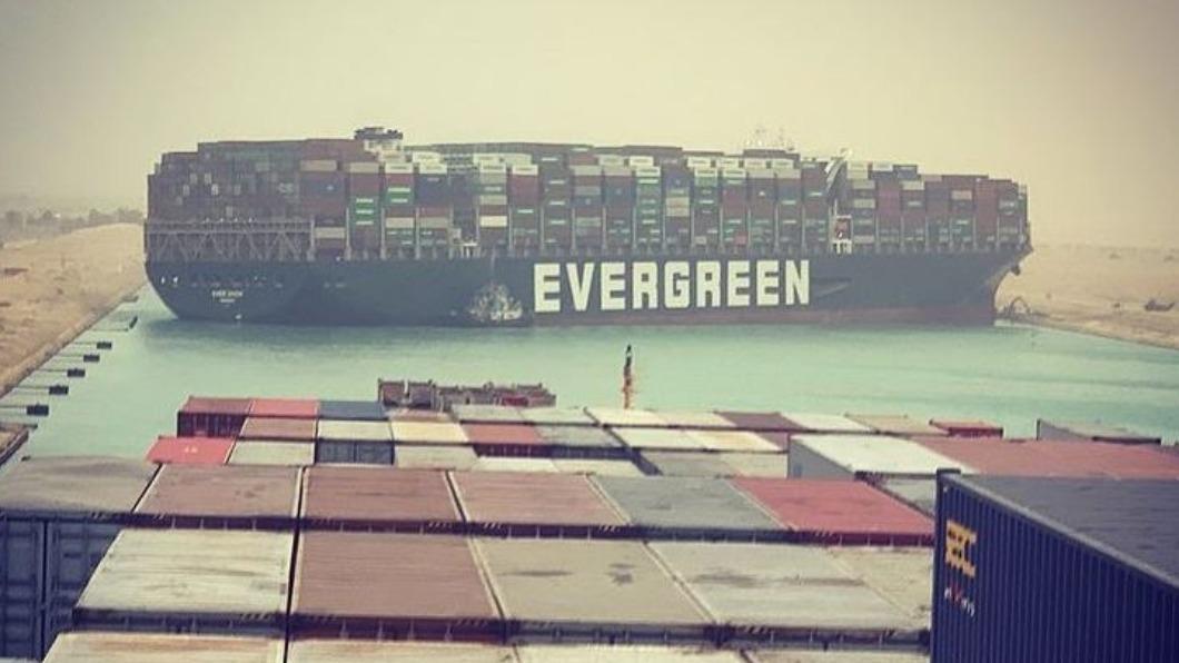 長榮租賃貨輪「長賜號」癱瘓蘇伊士運河,隸屬的日本榮汽船公司未來恐將面臨大筆賠償金。(翻攝自翻攝自Julianne Cona instagram)