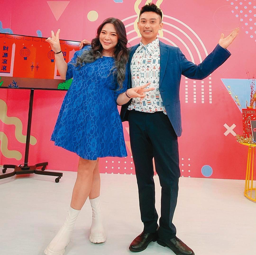 小甜甜(左)1月初宣布結婚懷孕後,首次在夫家一起過年,並在過年期間與Eason黃尹宣(右)做線上直播。(翻攝自小甜甜IG)