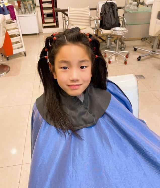 敏睿蓄髮以後,經常被誤認為女生,還會被喚作「妹妹」。(台灣癌症基金會提供)