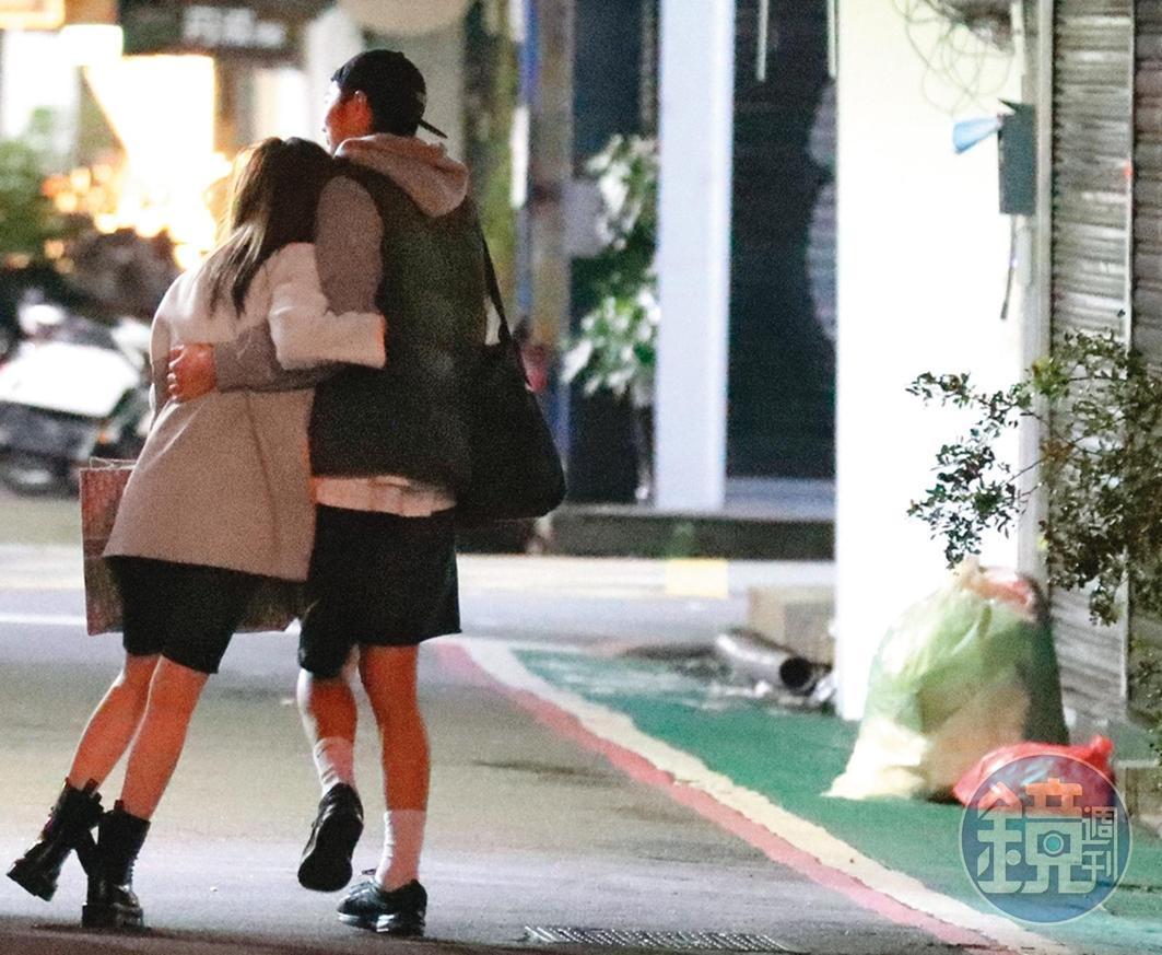 3/25 01:05 張愛雅(左)與友人們走出餐酒館,有明顯醉意的她步履蹣跚,邊走邊跟朋友摟摟抱抱,數次險些跌倒。