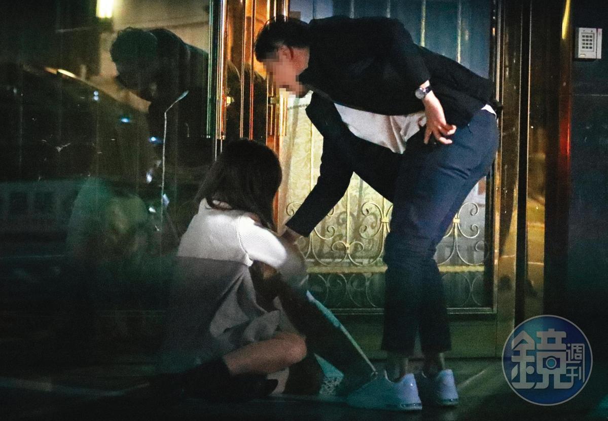 01:54 張愛雅(左)一看到這名男生出現,突然雙腳一軟,整個人癱坐在地。