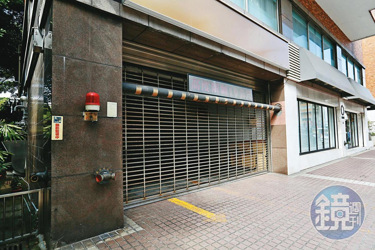 福里花園大廈住戶無法搭電梯直達1樓,要走車道或一層樓梯才可出門。
