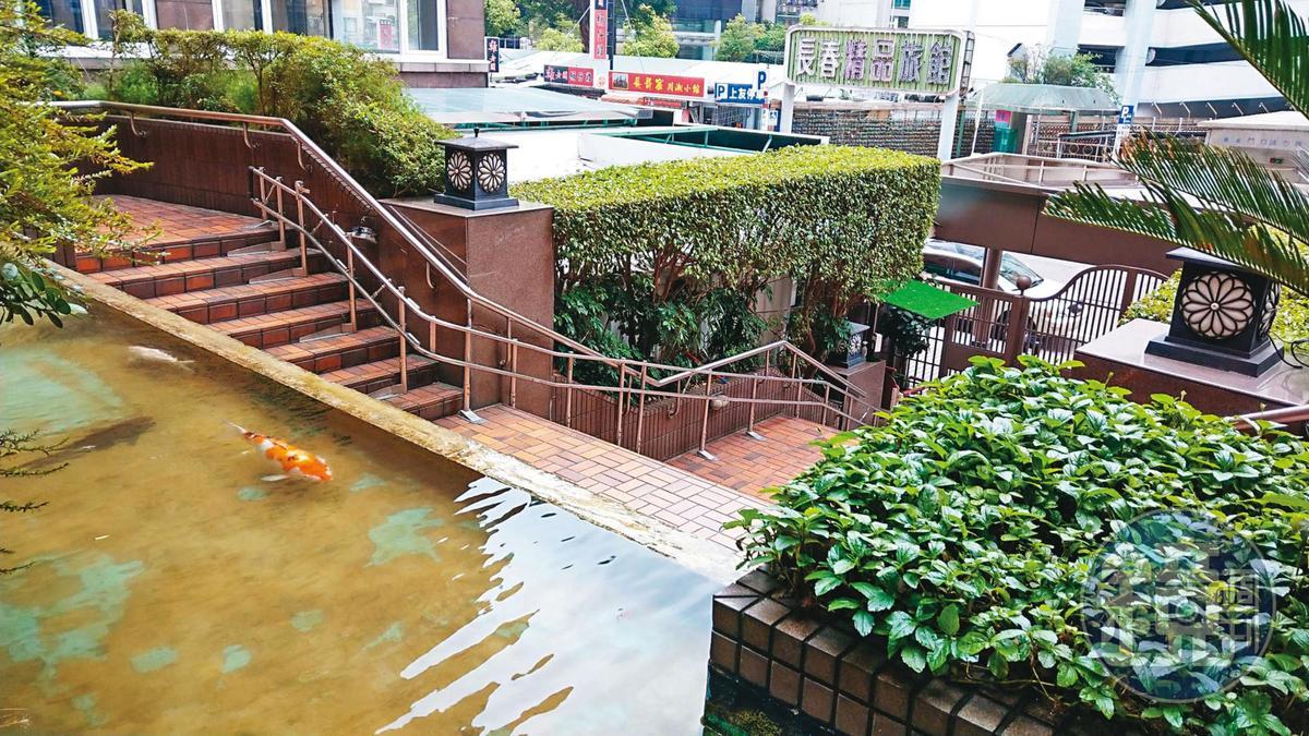 福里花園大廈住戶指稱,電梯無法直達1樓,出入要走樓梯很不方便。