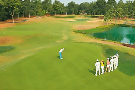 台紙在越南胡志明市投資當地首座36洞的高爾夫球場,占地300公頃,綠意盎然,成為運動休閒最佳去處。(翻攝台紙官網)