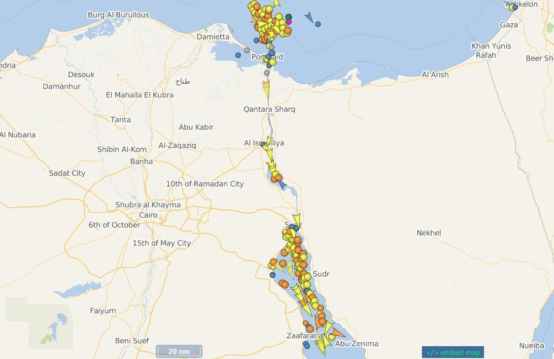 蘇伊士運河陸續開始運行,有上百艘的船隻等著「排隊進場」。(翻攝自VesselFinder網站)