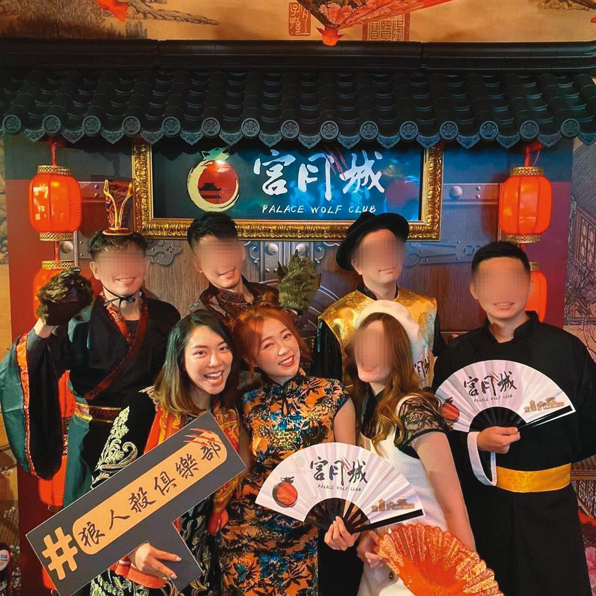 黃霈麒(前排左)在桌遊店開幕時,受邀穿旗袍裝和ㄚ頭(前排中)一起慶祝。(翻攝自宮月城IG)