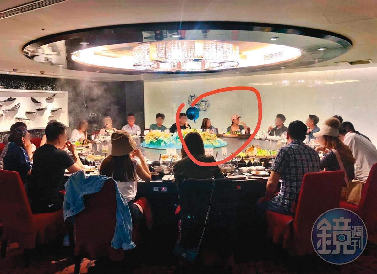 黃霈麒(紅圈右)和ㄚ頭(紅圈左)一起在高檔私人招待所「海峽會」聚餐,後來說兩人不認識,讓人費解。(讀者提供)
