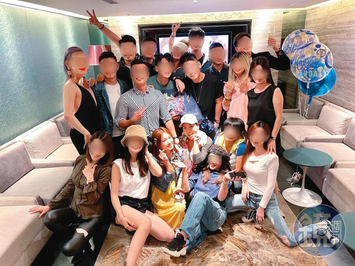去年底黃霈麒(前排左四)和ㄚ頭(前排左三)一起參加朋友的生日趴。(讀者提供)