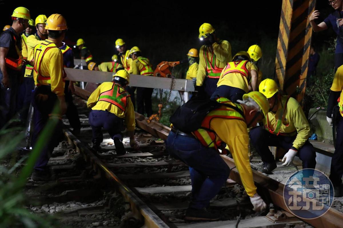 相關人員於台鐵太魯閣號事故現場進行整軌修復。