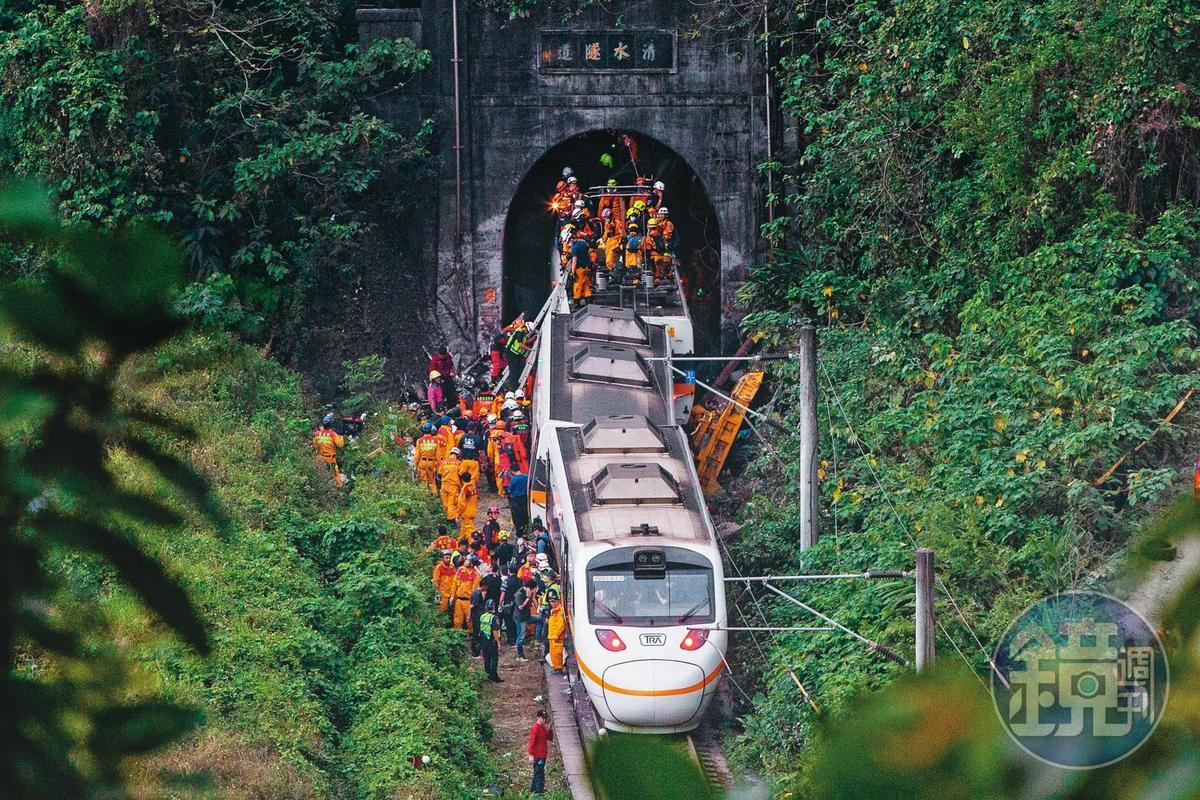 死傷事故發生後,各地的救難人員紛紛趕往現場馳援。
