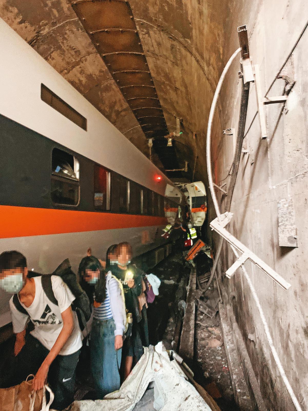 事故發生後,許多倖存的乘客沿著狹窄的隧道往外逃生。(讀者提供)