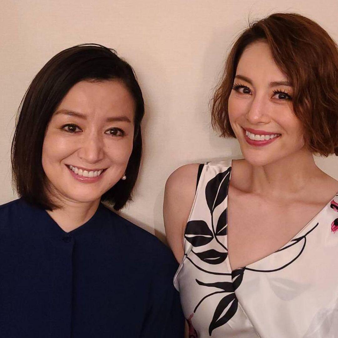 鈴木京香捧場米倉涼子的晚宴秀,兩人合照破除不合傳聞。(翻攝米倉涼子IG)