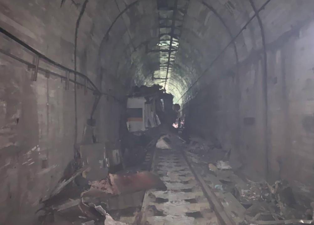 生還的乘客在隧道內拍下列車扭曲變形的樣子。(翻攝畫面)
