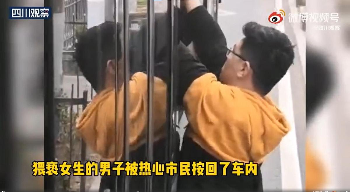 停在公車旁的男駕駛見狀,將猥褻男塞回車內不讓其逃脫。(翻攝自微博)
