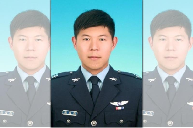 上尉飛官潘穎諄尚未尋獲,國軍和理事長李棟樑都強調會盡最大努力。(國防部新聞中心提供)