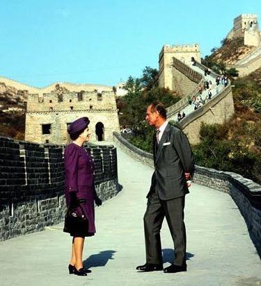 菲利浦親王(右)和女王1986年到訪中國,在長城合影留念。(翻攝白金漢宮臉書)
