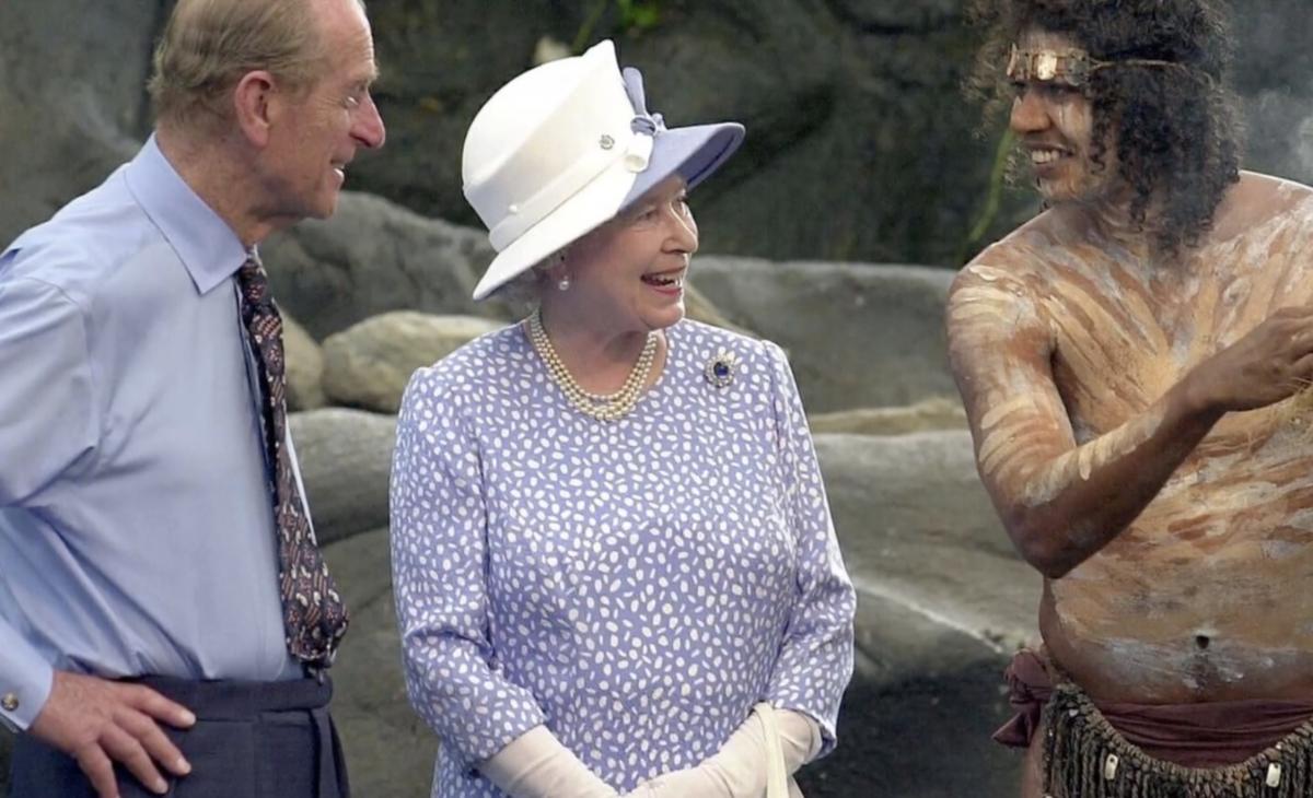 菲利浦親王2002年和女王到訪澳洲,與當地原住民碰面。(翻攝CBS影片畫面)