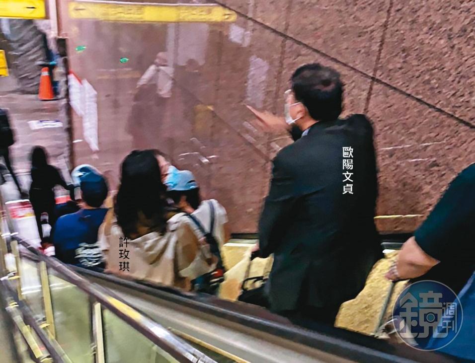 去年10月歐陽文貞與院內研究倫理委員會委員許玫琪,一同搭火車前往東部出差,交談時深情款款。(讀者提供)